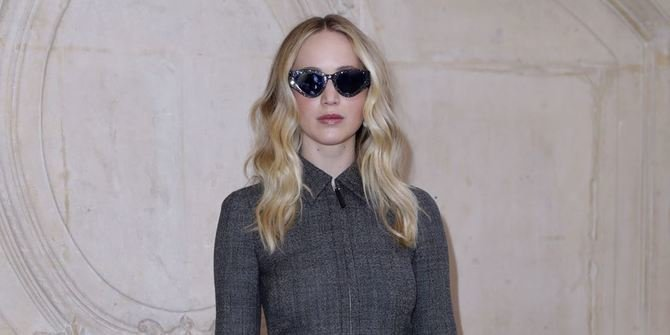 Jennifer Lawrence Show Off Her Fiance Ring at Paris Fashion Week