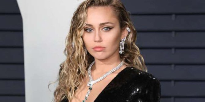 Miley Cyrus Crying When Singing For Janice Freeman